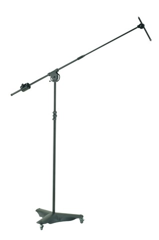 K&M mikrofonstativ m/galge på låsbare hjul, GIANT sort