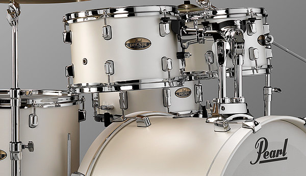Pearl Decade Maple Standard Trommesæt - Inklusiv Hardwarepakke White Satin Pearl